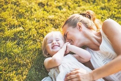 Moeder en baby liggen in het gras
