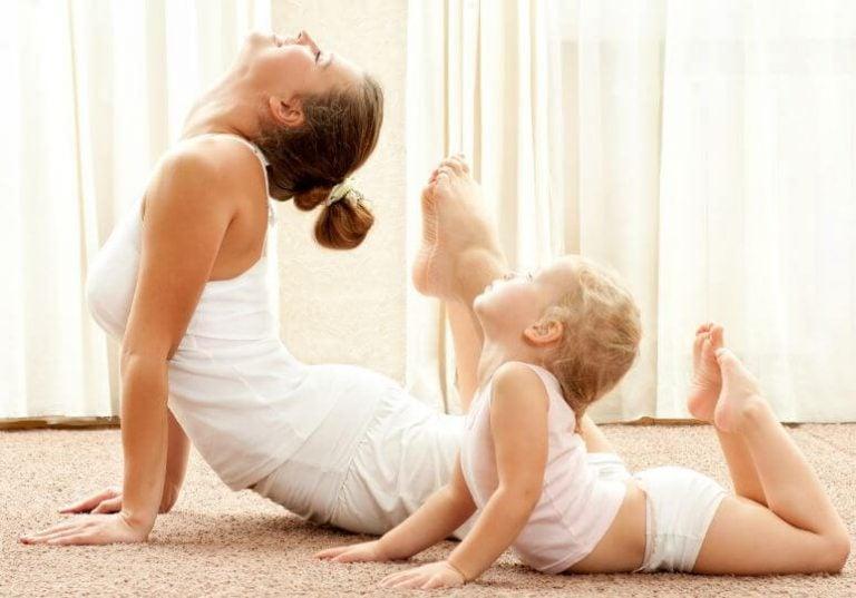 Moeder en baby in flexibele yogapose