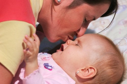 Moeder kust baby op neus