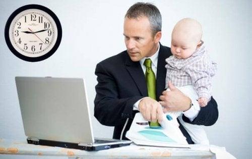 Werkende vader met baby