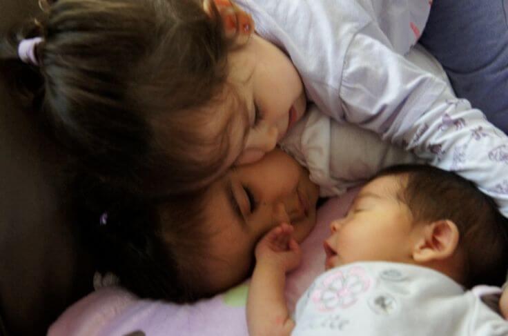 Kinderen helpen jaloezie te overwinnen voor een nieuwe baby