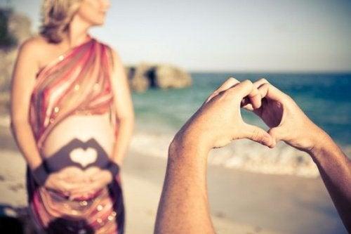 Zwangere vrouw op strand