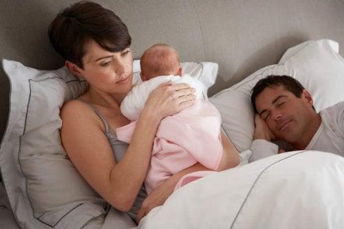 Wat kan ik doen als mijn baby 's nachts wakker wordt?