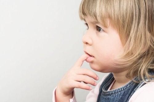 Nagelbijten - waarom bijten kinderen op hun nagels?