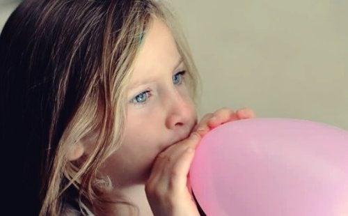 De ballontechniek om nerveuze kinderen te kalmeren