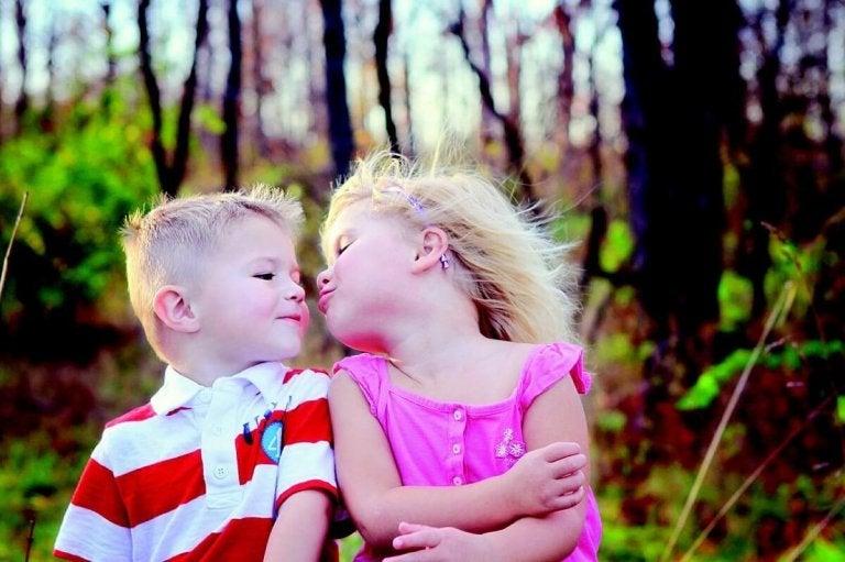 Waarom we kinderen niet moeten dwingen om een kus te geven