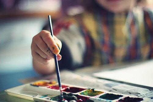Educatief speelgoed voor je 2-jarige peuter zoals verfspullen en viltstiften zijn prachtige hulpmiddelen