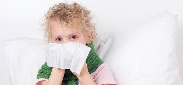 Wat zijn de symptomen van een verstopte neus bij kinderen?