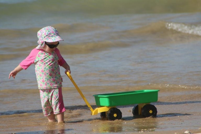 Spelend kind op het strand