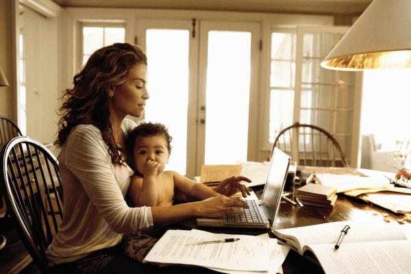 Uit onderzoek blijkt dat 88% van de moeders hun zonen anders behandelen dan hun dochters