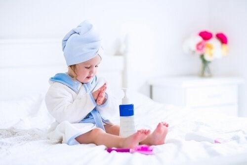 Gebruik producten om de huid van je kind minstens twee keer per dag te hydrateren.