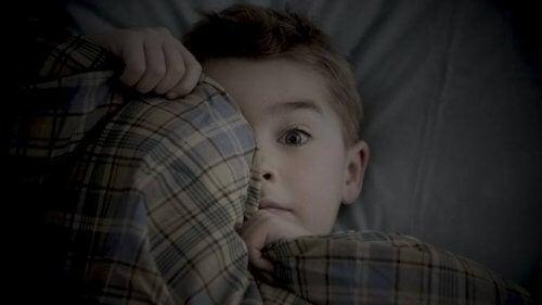 Angst voor het donker is een van de angsten van een 6-jarige