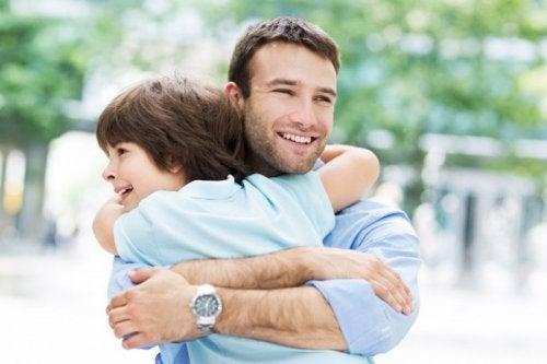 Vader knuffelt zoon