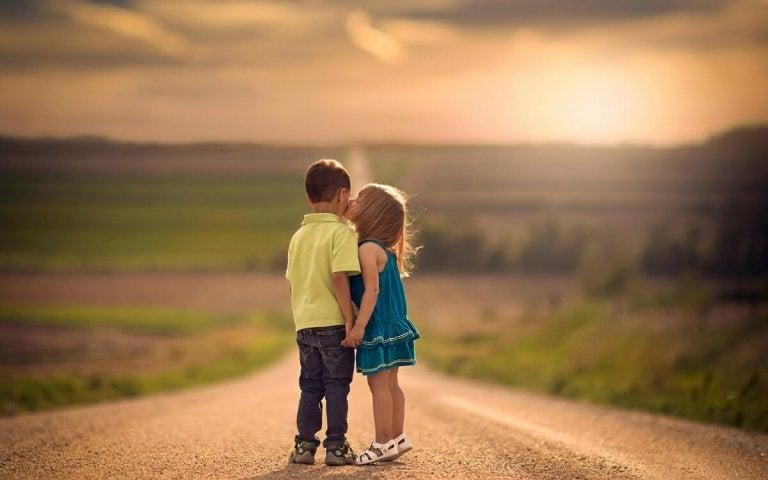 Twee kinderen op een landweg