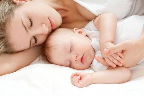 Baby en mama slapen