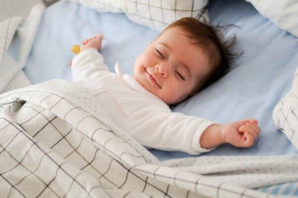 De baby wil eerst nog spelen voordat hij slaapt
