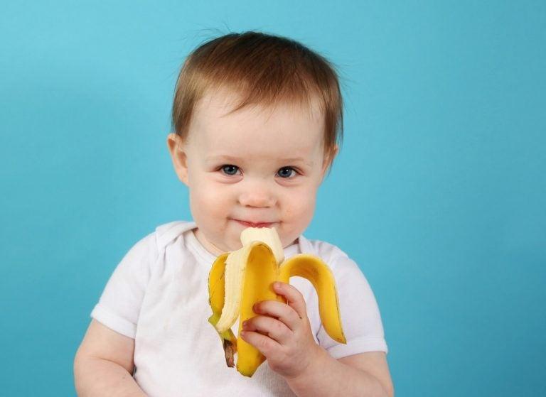 Baby die zelf een banaan eet