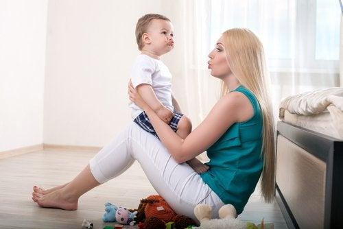 Baby en moeder praten