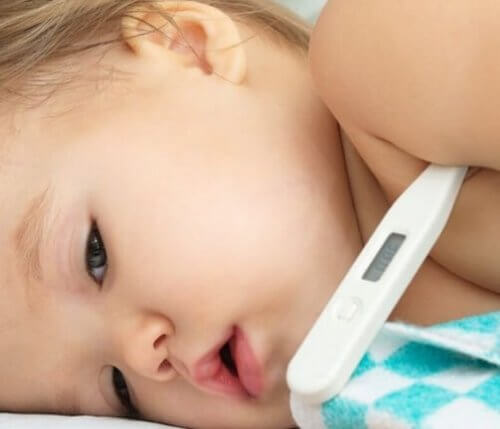 9 makkelijke tips om je baby's temperatuur omlaag te brengen