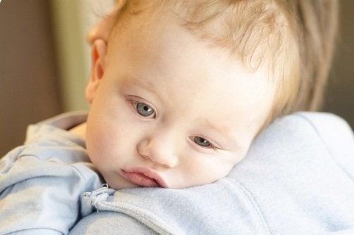 Hoe je baby's temperatuur omlaag te brengen bij koorts