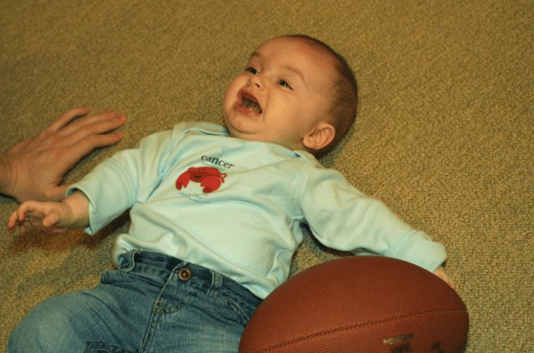 Huilende baby op de grond