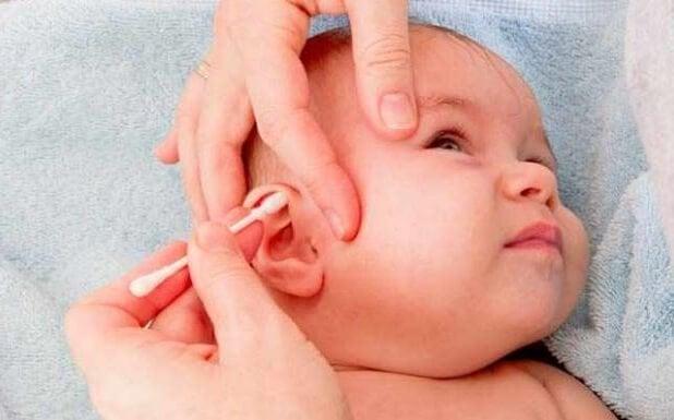 Oorontstekingen bij baby's: let op met wattenstaafjes