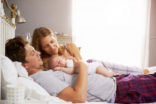 Zouden kinderen met hun ouders moeten slapen?