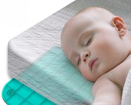 Baby slaapt op matras