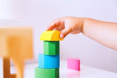 Kind bouwt een toren