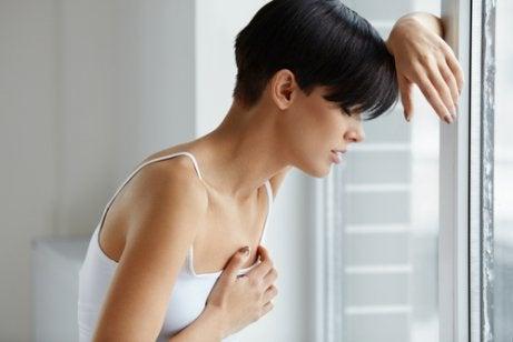 Vrouw met gevoelige borsten