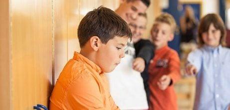 Jongen wordt gepest op school