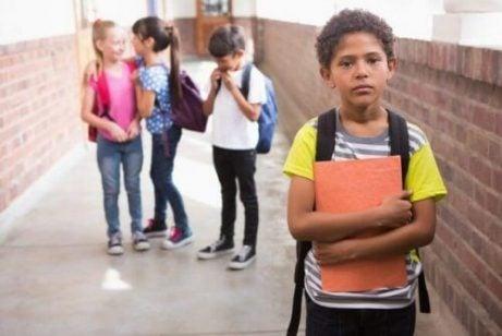 Jongen met slechte academische prestaties