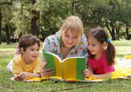 Moeder leest twee kinderen voor