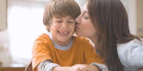Moeder kust wang van haar zoon