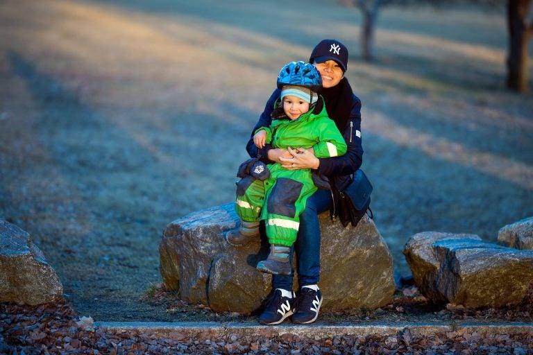 Tante en kind op een steen