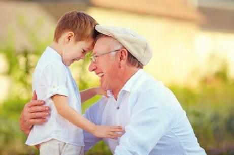 Lachende opa met kleinkind