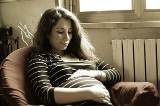 Vrouw met streepjes trui en zwangere buik
