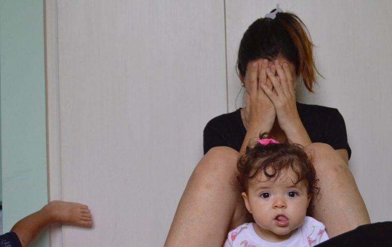 Moeder huilt tegen de muur