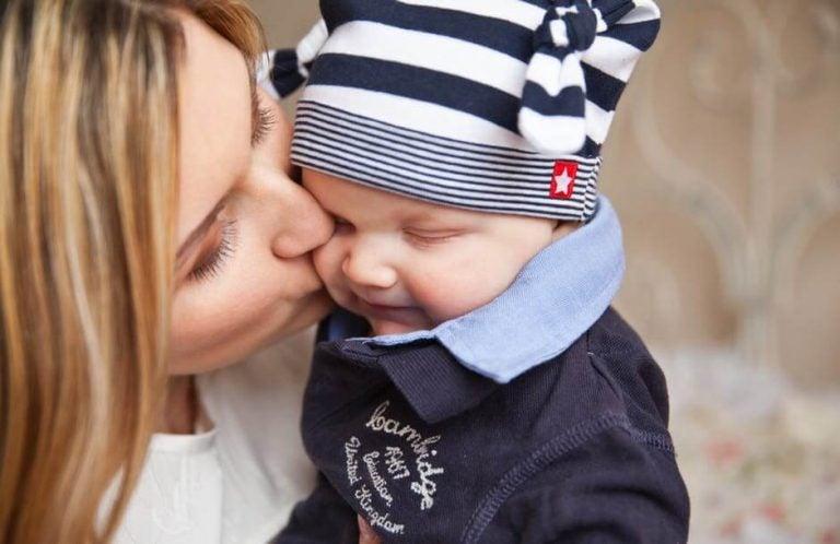 Een moeder kust haar baby