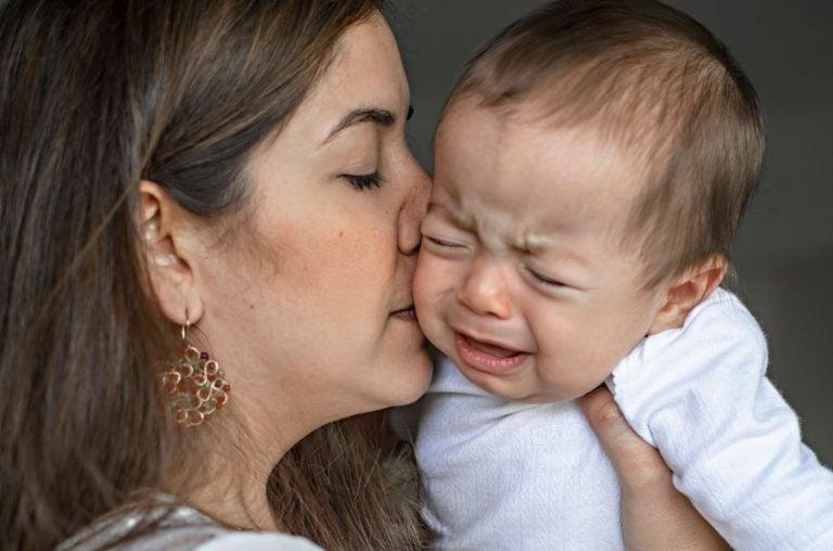 Baby wordt getroost door moeder