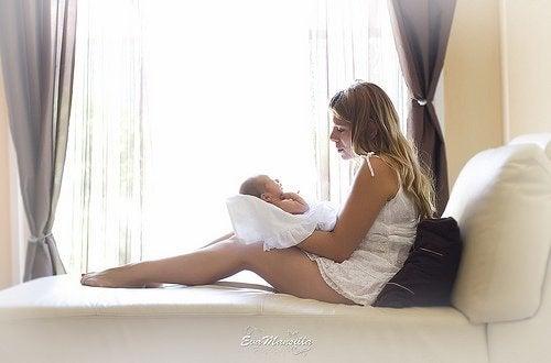 Moeder kijkt naar haar baby'tje