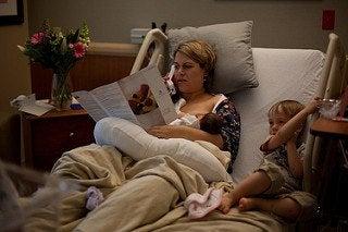 Moeder geeft borstvoeding
