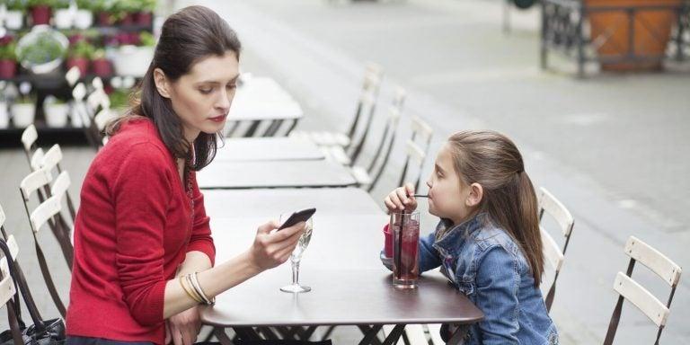 Moeder kijkt alleen naar mobiel