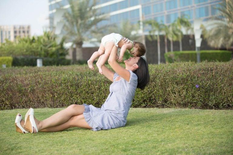 Moeder en kind op het gras