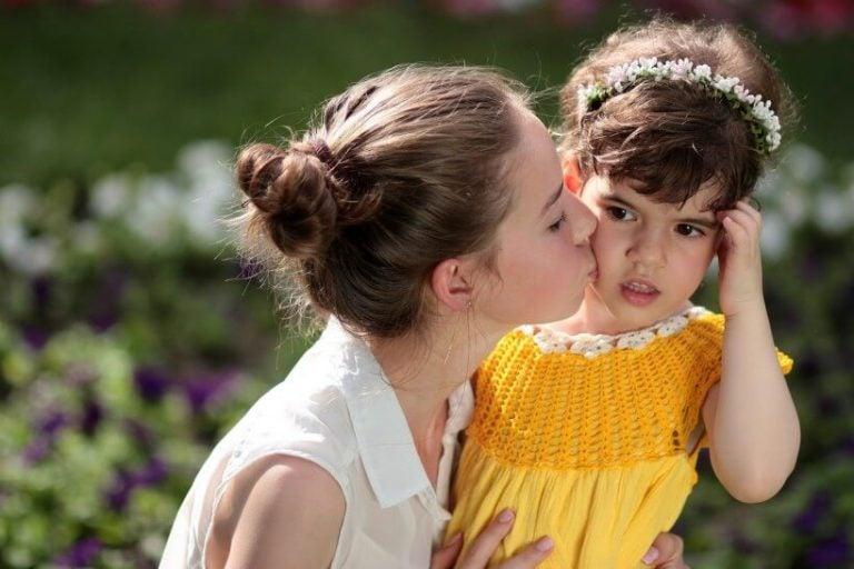 Vrouw kust een kind