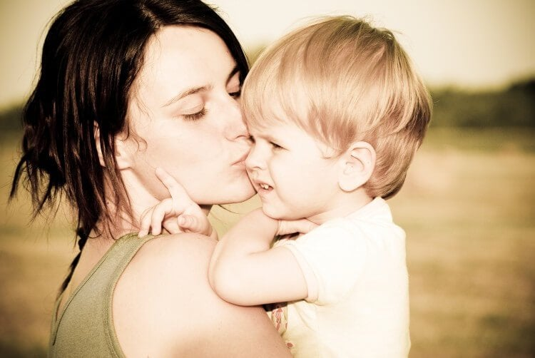 Jongetje wordt gekust