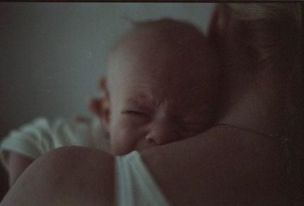 Huilende baby bij moeder