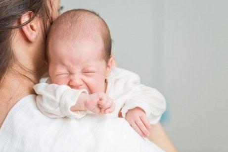 Baby huilt bij moeder