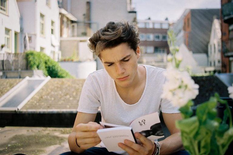 Puberjongen leest een boek