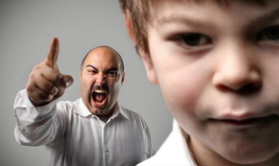 Vader schreeuwt tegen zoon